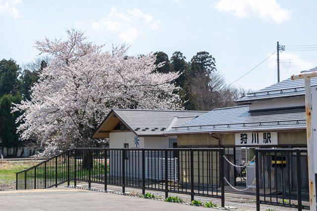 ホームから見る駅舎