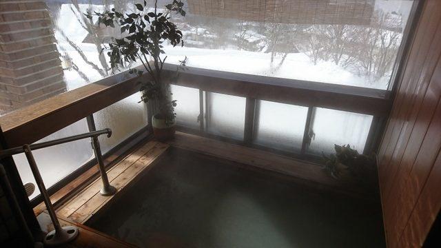 湯舟ごしの窓