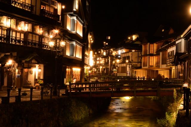 銀山温泉の夜景:ノスタルジックなガス灯の灯りが幻想的大正ロマンを演出するOriginal text